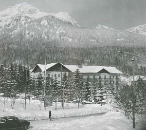 L'Hotel Sport durante gli anni Sessanta. Tratto da Andalo, nascita di una località turistica, Cosner