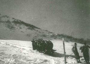 Lo slittone, il primo impianto di risalita del Monte Bondone, 1937. Fondo fotografico Aldo Lunelli. Tratto da l Monte Bondone. Storie e memorie dell'Alpe di Trento, de Bertolini, Caracristi